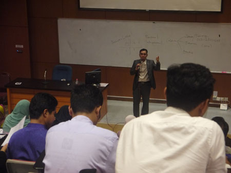Ustaz Elyas Ismail was giving lecture to the participants