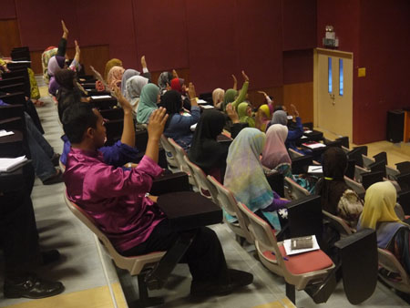 The participants enjoy listen to the lecture given by Ustaz Elyas